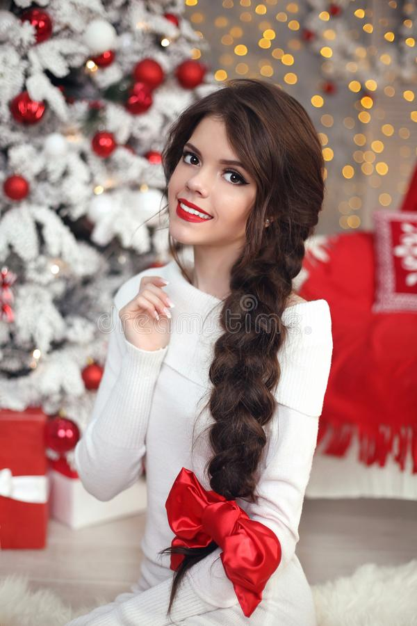 La muchacha adolescente sonriente feliz con la trenza larga ató el arco rojo y el labio rojo imagen de archivo libre de regalías