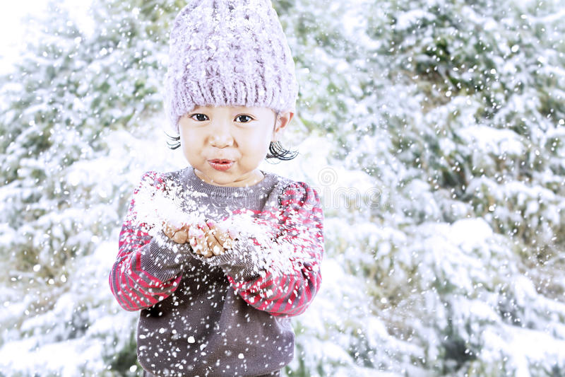 La muchacha adorable celebra la Navidad fotos de archivo