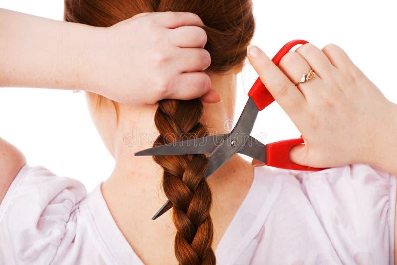 La muchacha adulta hermosa joven corta el pelo largo rojo foto de archivo