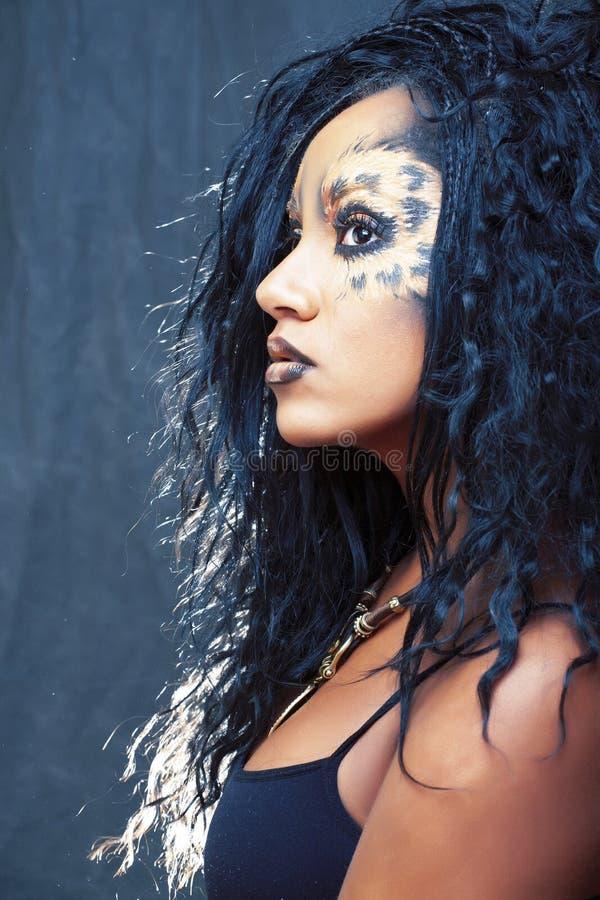 La muchacha afro de la belleza con el gato compone, primer creativo del estampado leopardo, mirada de Halloween del estilo de la  fotos de archivo libres de regalías