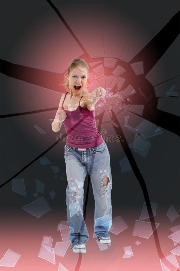 La muchacha agresiva rompe su vidrio del puño imagen de archivo