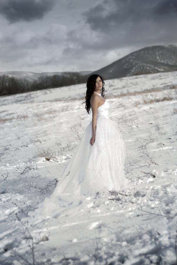 La muchacha apacible hermosa en la alineada blanca fotos de archivo libres de regalías