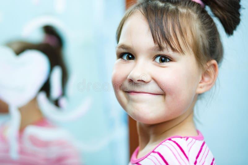 La muchacha aplica sus dientes con brocha imagen de archivo libre de regalías