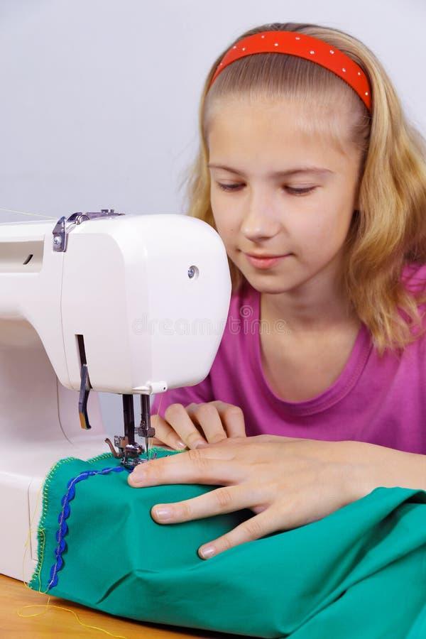 La muchacha aprende coser imagenes de archivo
