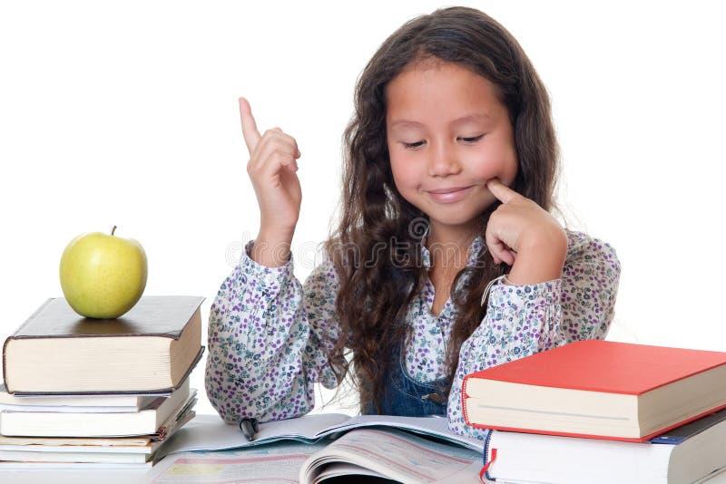 La muchacha aprende para la escuela imagen de archivo libre de regalías