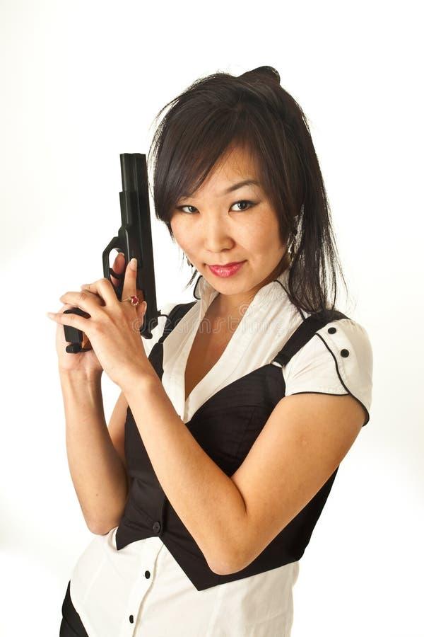 La muchacha asiática con una arma de mano fotos de archivo libres de regalías