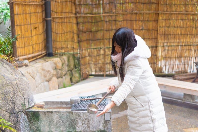 La muchacha asiática feliz adentro onsen fotos de archivo