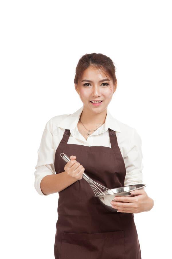 La muchacha asiática feliz del panadero con bate y rueda imagen de archivo libre de regalías