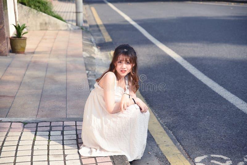 La muchacha asiática hermosa y preciosa muestra su juventud en el parque fotos de archivo