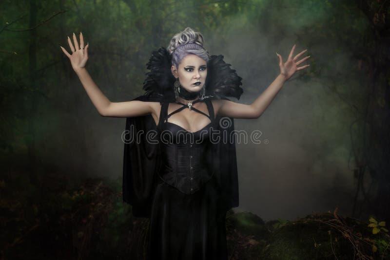 La muchacha asustó en el bosque con sus manos imagenes de archivo