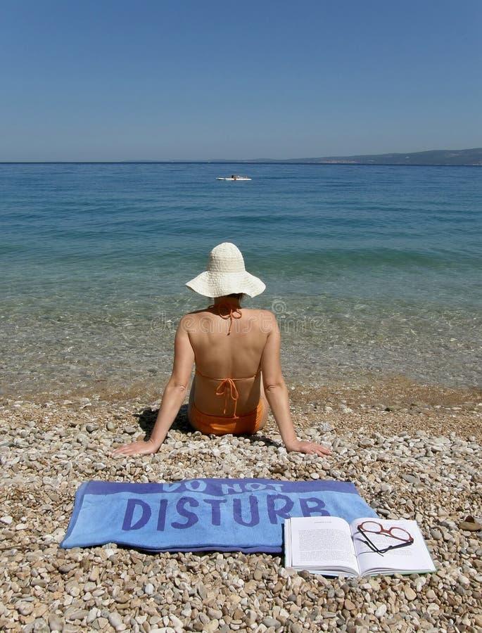 La muchacha atractiva en la playa no disturba fotografía de archivo