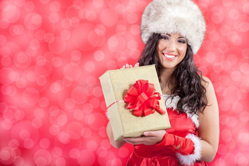 La muchacha atractiva hermosa que lleva a Papá Noel viste con la Navidad g fotografía de archivo libre de regalías