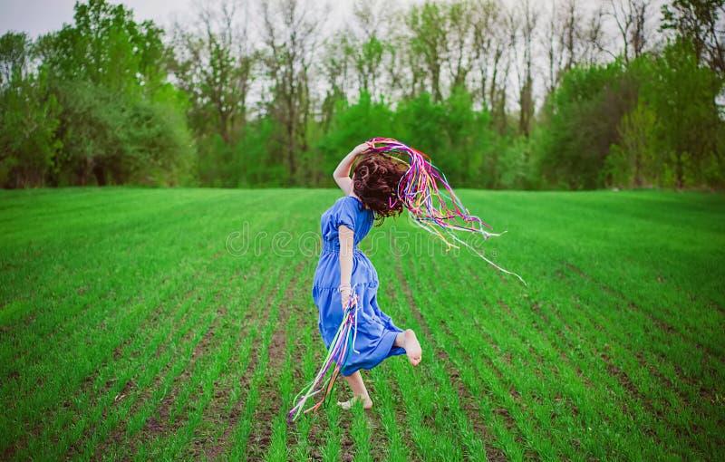 La muchacha baila en el campo foto de archivo libre de regalías