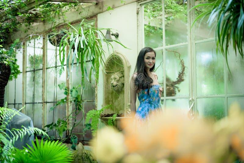 La muchacha bonita asiática tiene la relajación con feliz y sonrisa en poco foto de archivo libre de regalías