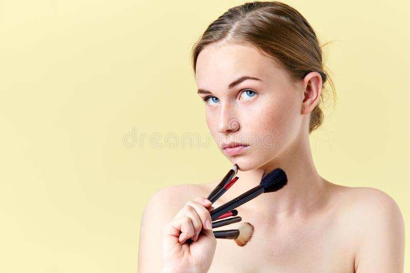 La muchacha bonita del adolescente del pelirrojo con los ojos azules y las pecas, mirando lejos de la cámara, considerándose dive foto de archivo libre de regalías