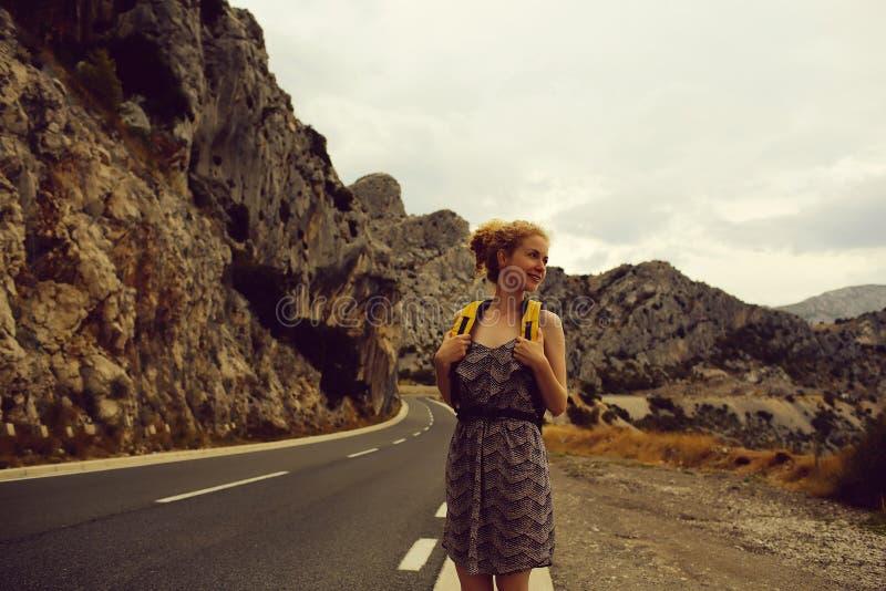 La muchacha bonita espera paseo fotografía de archivo
