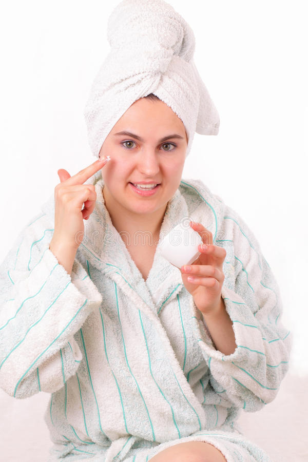 La muchacha bonita hace higiene de la mañana fotos de archivo