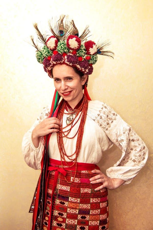 La muchacha bonita hermosa en la gente ucraniana viste el bordado, adentro foto de archivo