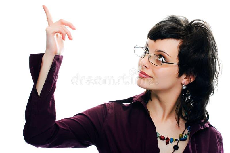 La muchacha bonita joven del retrato en vidrios muestra el dedo para arriba imagenes de archivo
