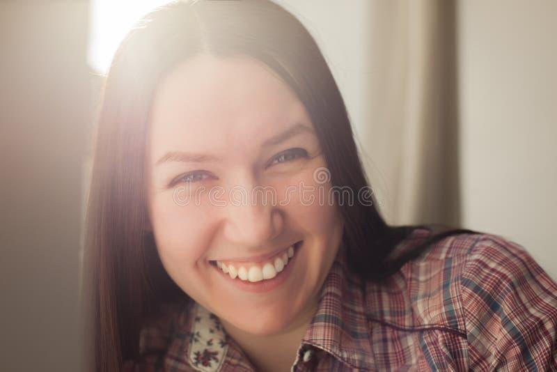 La muchacha bonita sonríe en buen humor imágenes de archivo libres de regalías