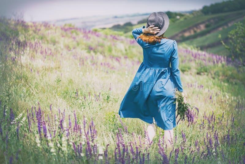 La muchacha camina al aire libre imagen de archivo