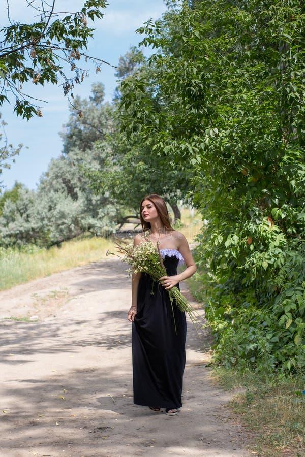 La muchacha camina en la naturaleza foto de archivo libre de regalías