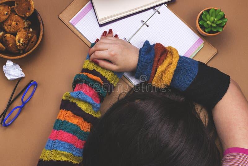 La muchacha cansada para aprender imágenes de archivo libres de regalías