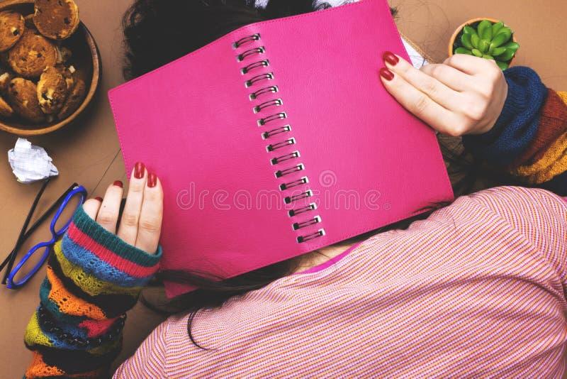 La muchacha cansada para aprender imagen de archivo libre de regalías