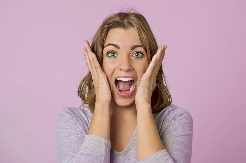 La muchacha caucásica rubia bonita y atractiva joven con los ojos azules hermosos en su 20s emocionado y feliz con la boca se abr fotos de archivo libres de regalías