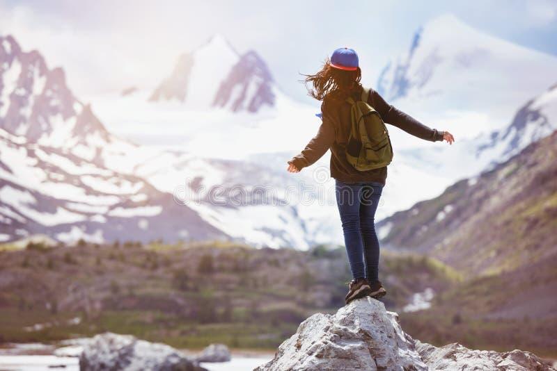 La muchacha coloca las montañas grandes de la roca hace excursionismo concepto del viaje fotografía de archivo