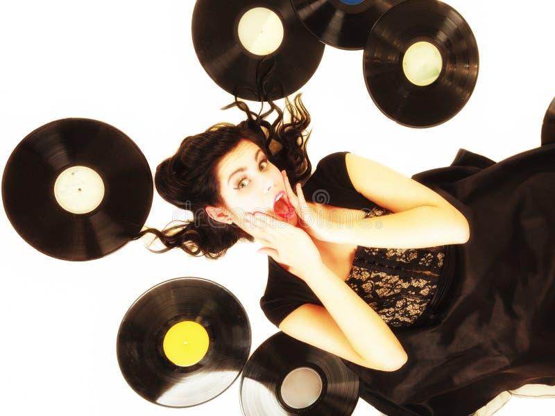 La muchacha con análogo del phonography registra al amante de la música imagen de archivo libre de regalías