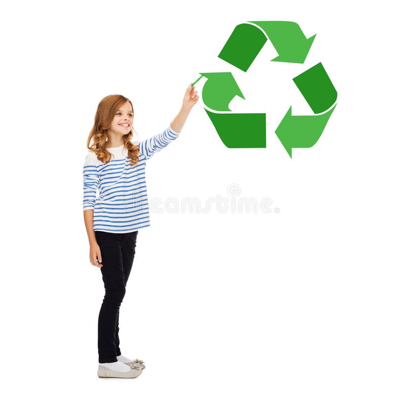 La muchacha con el marcador que señala al verde recicla símbolo fotos de archivo