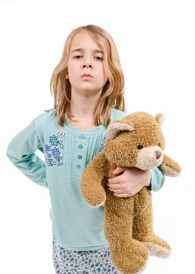 Muchacha enojada en pijamas con teddybear foto de archivo