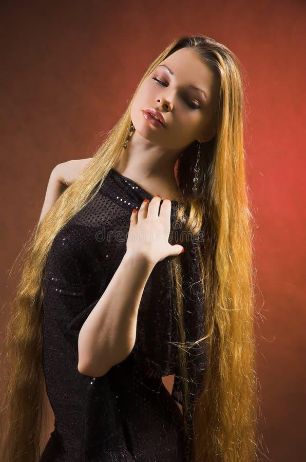 La muchacha con el pelo largo fotografía de archivo