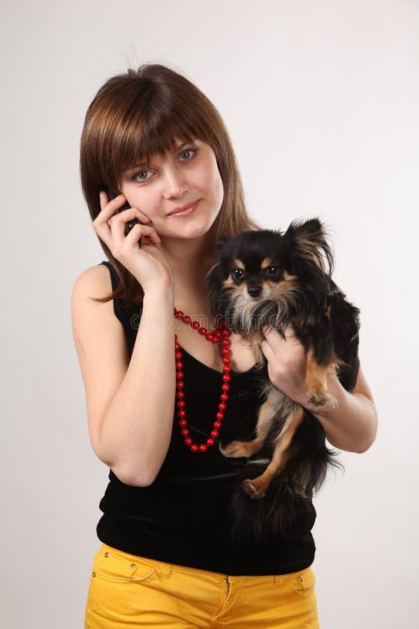 La muchacha con el perrito imagen de archivo