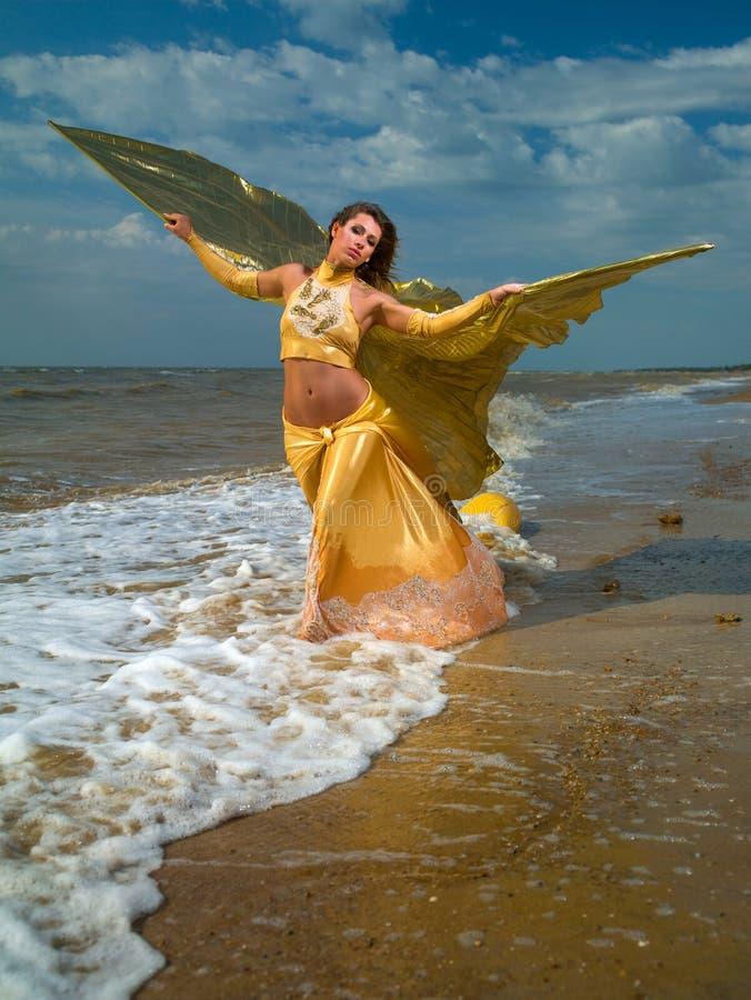 La muchacha con las alas del mar imagen de archivo libre de regalías