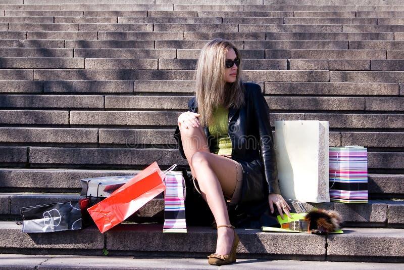 La muchacha con las compras imagen de archivo