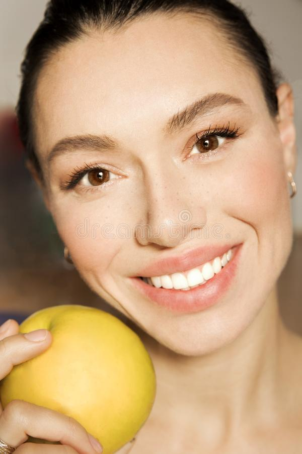 La muchacha con los dientes blancos con una sonrisa hermosa imágenes de archivo libres de regalías