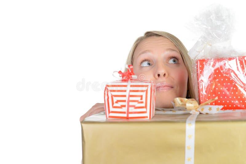 La muchacha con muchas actuales cajas muestra el pulgar para arriba foto de archivo libre de regalías