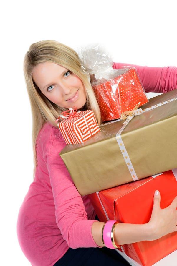 La muchacha con muchas actuales cajas muestra el pulgar para arriba imagenes de archivo