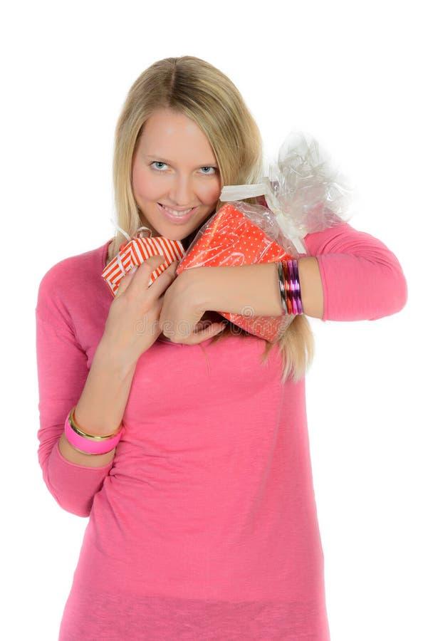 La muchacha con muchas actuales cajas muestra el pulgar para arriba fotografía de archivo