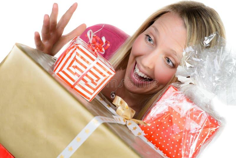 La muchacha con muchas actuales cajas muestra el pulgar para arriba imágenes de archivo libres de regalías