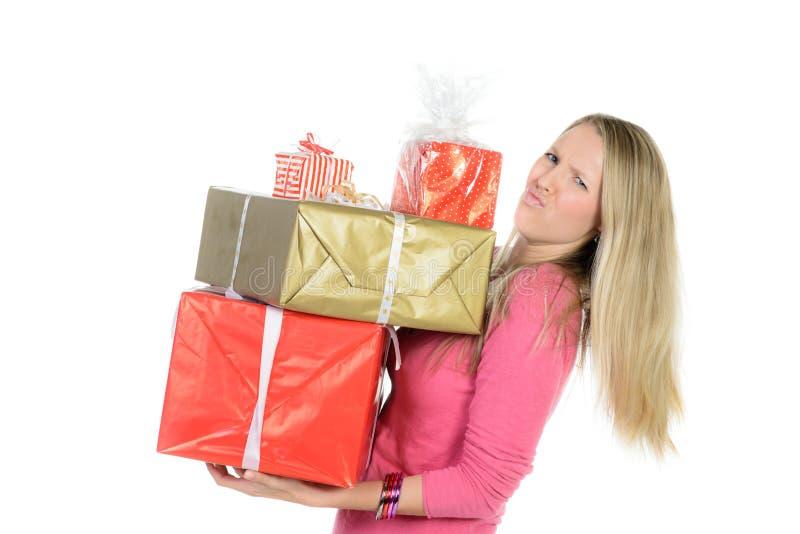 La muchacha con muchas actuales cajas muestra el pulgar para arriba foto de archivo
