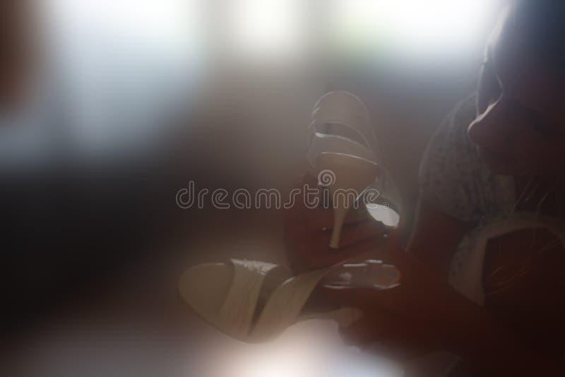 La muchacha con sandalias imagen de archivo libre de regalías