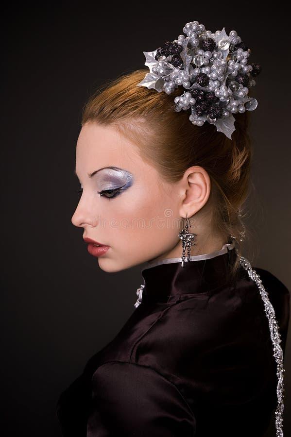 La muchacha con un maquillaje de plata fotografía de archivo