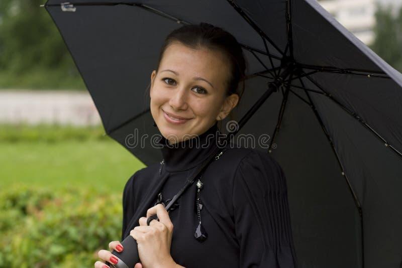 La muchacha con un paraguas imágenes de archivo libres de regalías
