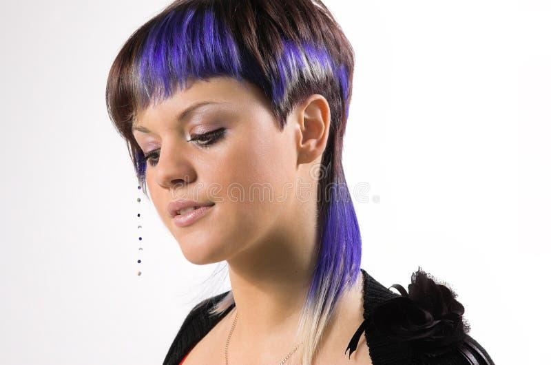 La muchacha con un pelo creativo foto de archivo
