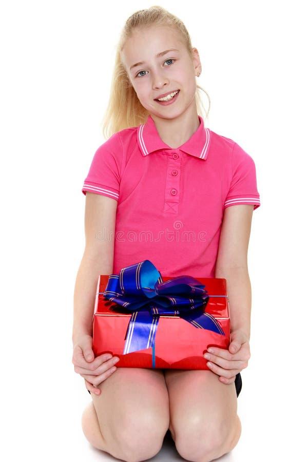 La muchacha con un regalo foto de archivo