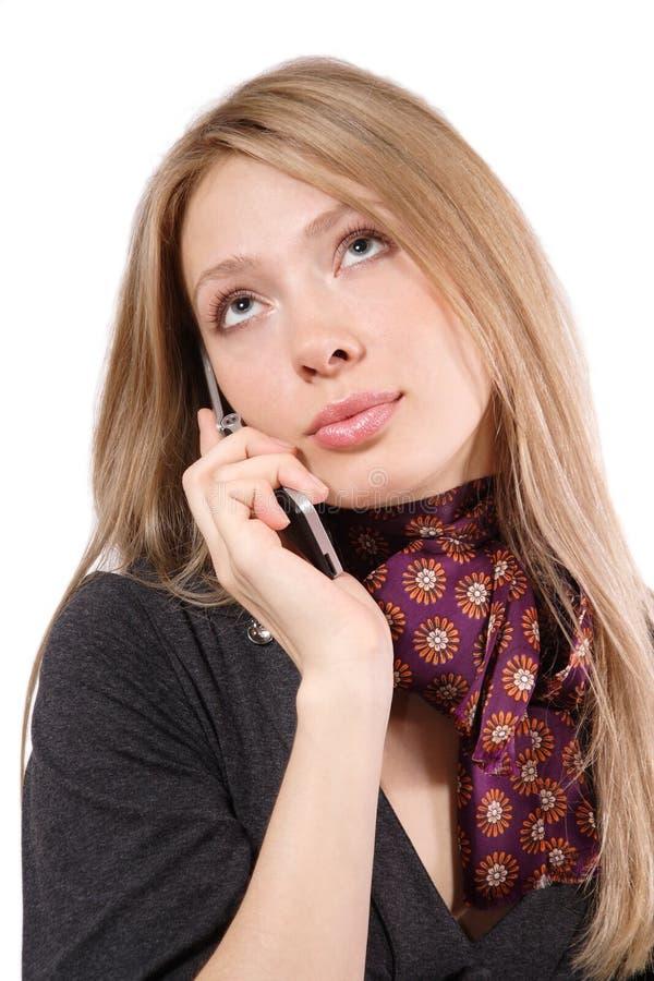 La muchacha con un teléfono móvil fotografía de archivo