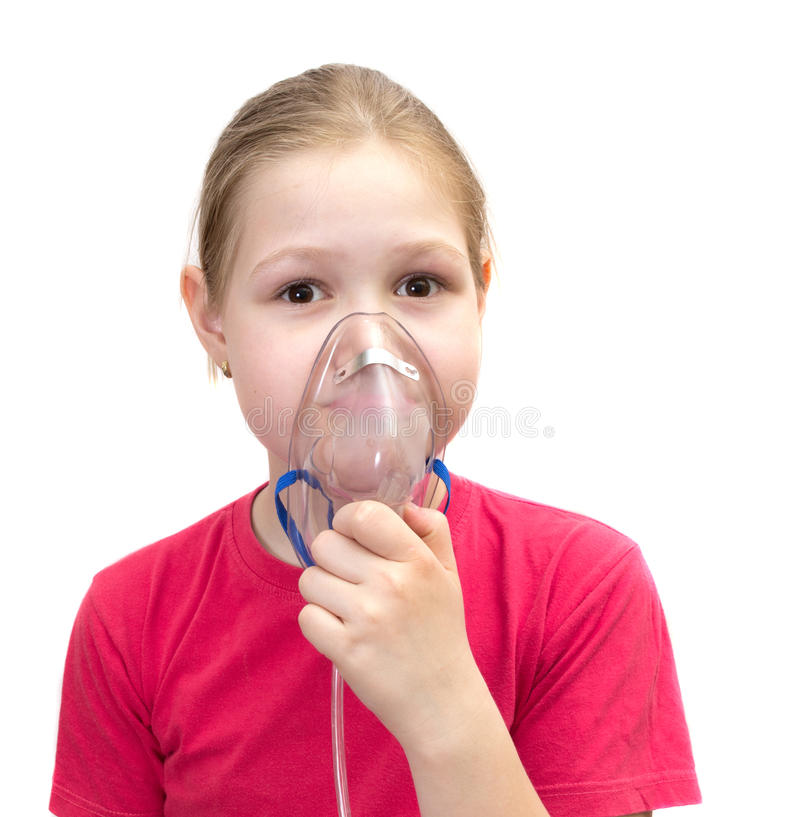 La muchacha con una máscara para las inhalaciones fotografía de archivo libre de regalías